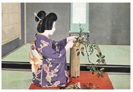 (P 1) Japan - Maiko / Gheisa - Ikebana Art (older Card) - Femmes
