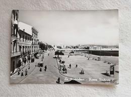 Cartolina Illustrata La Maddalena - Piazza Umberto I, Viaggiata Per Viareggio 1966 - Italia