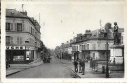 D60 - LIANCOURT - RUE VICTOR HUGO-La Ruche-Beauvallet-3 Jeunes Près Du Monument-CPSM Dentelée Petit Format Noir & Blanc - Liancourt