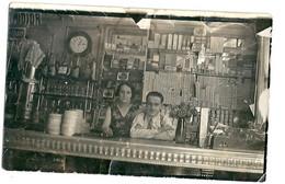 Photo Couple Dans Un Bar Bureau De Tabac Années 20 30 Cigarettes Percolateur - Persone Anonimi