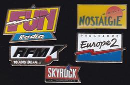 67020- Lot De 5 Pin's.Radio.médias..rfm.nostalgie.fun.europe2.skyrock. - Medien