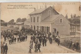 Saint-Germain D'Auvergne  63   La Cour De La Gare Tres Tres Animée-Plusieurs Attelages-Correspondance Pour Chateuneuf - Saint Gervais D'Auvergne
