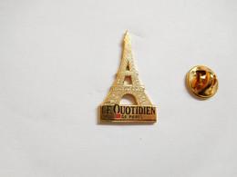 Superbe Pin's En EGF , Média Journal , Le Quotidien De Paris , Tour Eiffel , Signé La Boite à Pin's - Medien