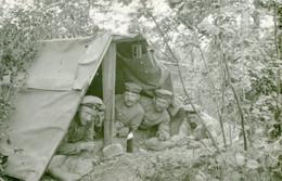 CARTE PHOTO ALLEMANDE - SOLDATS DANS UNE TENTE A DRESLINCOURT PRES DE CURCHY - NESLE SOMME - GUERRE 1914 1918 - Oorlog 1914-18