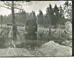 PHOTO FRANÇAISE 101e RI - ABBE LIEUTENANT DE BOURMONT SUR DES TOMBES A PERTHES LES HURLUS PRES SOUAIN MARNE 1914 1918 - 1914-18