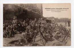 - CPA PÉRONNE (80) - Pendant L'occupation Allemande - Soldats Allemands Faisant La Pause Près De La Gendarmerie - - Peronne