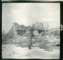 PHOTO ALLEMANDE - SOLDAT DANS LES RUINES DE ORNES PRES DE DOUAUMONT VERDUN MEUSE - GUERRE 1914 1918 - 1914-18