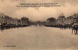 VERSAILLES -  662  0.2  -(Signature De La Paix, 28 Juin 1919). Haie De Dragons Français Sur Le Passage Des Délégués. - Versailles