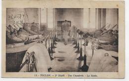 TOULON - N° 13 - 5eme DEPOAT MILITAIRE - UNE CHAMBREE - LA SIESTE - TIMBRE DECOLLE AU DOS - PETIT PLI HAUT - CPA VOYAGEE - Toulon