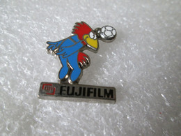 PIN'S   FUJIFILM   WORLD CUP FOOTBALL  1998  Arthus Bertrand - Fotografia