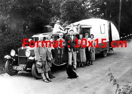 Reproduction Photographie Ancienne D'une Grande Famille Posant Près D'une Fiat Avec Caravane En 1930 - Reproductions