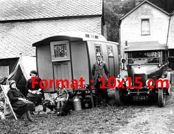 Reproduction Photographie Ancienne D'unefamille Posant Près D'une Morris Oxford 14/28 Avec Une Caravane En 1925 - Reproductions