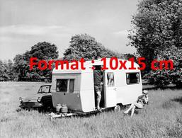 Reproduction Photographie Ancienne D'un Couple En Vacances Avec Leur Caravane Alpine Sprite De 1963 - Reproductions