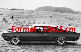 Reproduction Photographie Ancienne D'une Femme Près D'une Ford GT Torino Dans Le Désert En 1960 - Reproductions