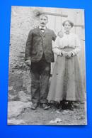 COUPLE DE MAITRES PAYSANS ENDIMANCHÉS A LEUR FERME-Photographie Photos Photo Reproduction Moderne De ☛☛ 1900 Années(±) - Reproductions