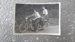 PHOTO ANCIENNE - DEUX JEUNES HOMMES ASSIS SUR UNE MOTO - Automobile