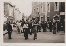 CANCALE - Photo Défilé Carnaval Ou Fête Locale Place De La Victoire Datée De 1936 Au Verso. Format 9 X 14. - Cancale