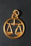 """Médaille Pendentif Du Zodiaque Ancienne Aluminium Doré """" Balance """" Zodiac Medal - Godsdienst & Esoterisme"""