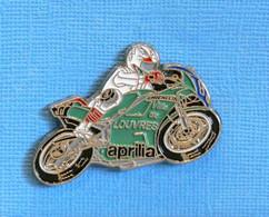 1 PIN'S //  ** MOTO GP APRILIA / VILLE DE LOUVRES / MICHELIN ** . (© Qualité Collectors Série Limitée) - Motorfietsen