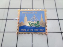 1216c Pins Pin's / Rare & Belle Qualité THEME POSTES / PHILATELIE TIMBRE HAVRE DE VIE 1962 1992 PECHE BATEAU - Post