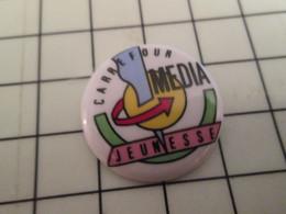2319 Pins Pin's / Rare & Belle Qualité THEME MEDIAS / CARREFOUR MEDIA JEUNESSE Pin's En Porcelaine De Limoges - Medien