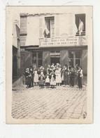 PONTIVY - GROUPE FOLKLORIQUE BRETON - PLACE DU MARTRAY - DEVANT UN MAGASIN DE CONFECTIONS - 30/07/1932 - 56 - Orte