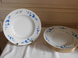 La Seynie Pour Arnaud Brissac Suite De Six Assiettes Creuses Décor Fleurs Bleues Filets Or Porcelaine Limoges Chiffrées - Limoges (FRA)