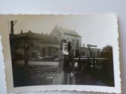 1940 1950 Photo Privée Gare De Mettet Jeune Femme Pose Devant La Gare - Mettet