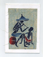 Vieux Fumeur Et Enfant. Old Smoking Man. Carte Avec Tissu Imprimé Technique Batik. Artisanat Du Bénin (ex-Dahomey) - Non Classificati