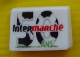 Fève  - Intermarché Les 50 Ans - N° 5 / 50 En Blanc Et Noir - Réf AFF 2020 30 - Fèves