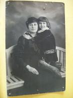 52 481 CARTE PHOTO CPA 1915 - 52 CHAUMONT. MERE ET FILLE SUR BANQUETTE. - Fotografía