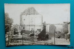 Carte Photo : 3 Jeunes Femmes, Un Enfant, Un Petit Chien Devant Une Maison Détruite, Seule La Niche A Résisté - Guerre - Fotografía