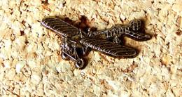 Pin's AVION - BLERIOT Type 11 - Traversée De La Manche - Métal Vieux Bronze - Fabricant 42557593 - Aerei