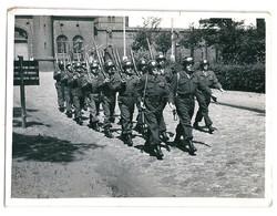 Photo Défilé D'une Compagnie De Soldats Zone Occupation Alliée En Allemagne Après 1945 - Guerra, Militari
