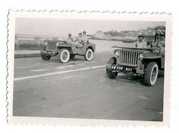 Photo Soldats Patrouillant Dans Deux Jeep Sans Doute Zone Occupation Alliée En Allemagne Après 1945 - Guerra, Militari