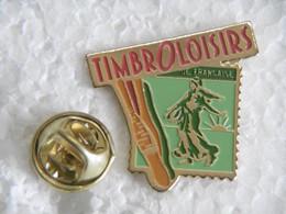 "Pin's - Médias Presse Philatélie Loisirs Timbres ""TIMBROLOISIRS"" - Medien"