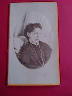 Photographie CDV - Jeune Femme Assise Dans Son Lit - Malade ?? -  Drap Blanc à L'arrière - A Voir - Bayonne - BE - Ancianas (antes De 1900)