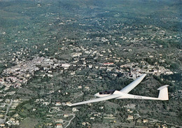 FAYENCE - Centre De Vol à Voile - Avion Planeur Janus Survolant Fayence Et Tourrettes - Fayence