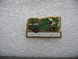 Pin's Camion Medrcedes Avec Une Toupie à Béton De La Grande Sabliere De Saint Louis - Trasporti