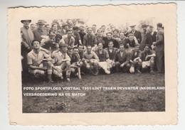 FOTO SPORTPLOEG VOETBALPLOEGEN 1951 LINT (BELGIË) TEGEN DEVENTER (NEDERLAND) / VERBROEDERING NA DE MATCH - Lint