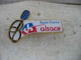 Pin's Radio France Alsace. Cable Du Micro En Forme De Bretzel - Medien
