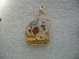 Pin's Reproduction Annuelle D'une Ancienne Fete Paysanne à BERNWILLER En Alsace. Altaburafascht. Vache - Animali