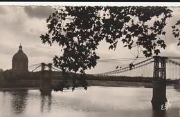 Carte Postale. France. Toulouse. Effet Artistique Sur Le Pont Suspendu. Etat Moyen. Petite Tache Au Verso. - Puentes