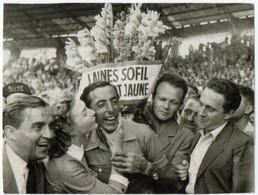 SPORT. CYCLISME. FAUSTO COPPI. TOUR De FRANCE 1952. LINE RENAUD DONNANT UN BAISER. PUBLICITE SUZE Et LAINES SOFIL. - Fotos