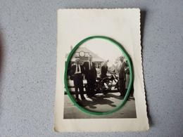Photo D'époque Femme En Moto Devant Un Café A Identifier - Zonder Classificatie