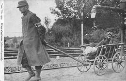 Guerre 14/18  : Scène De Vie. Croix Rouge Infirmier Tirant Une Charrette Avec Un Blessé   Voir Scan) - Guerra 1914-18