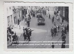 FOTO ANTWERPEN GROENPLAATS GROENKERKHOFSTRAAT JAREN 40/50 BEVRIJDING STOET MILITAIRE PARADE MET TANKS ETC - Antwerpen