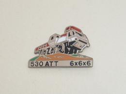 Pin's CAMION PORTE GRUE PPM 530 ATT 6X6X6 - Transport Und Verkehr