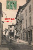 42 Roanne Magasin Commerce Poissonnerie Chervier Ormezzano Femme En Robe Rue Animée Animation Edit Tournaire - Roanne