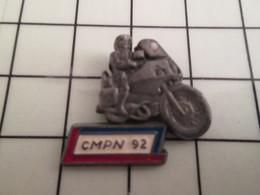816a Pin's Pins / Beau Et Rare / THEME : MOTOS / POLICE NATIONALE MOTARD CMPN 92  Un Peu Fauchés Les Bleus !! - Motorfietsen